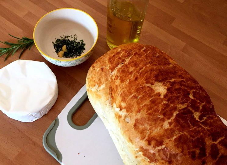 Готовим батон с сыром камамбер и чесноком