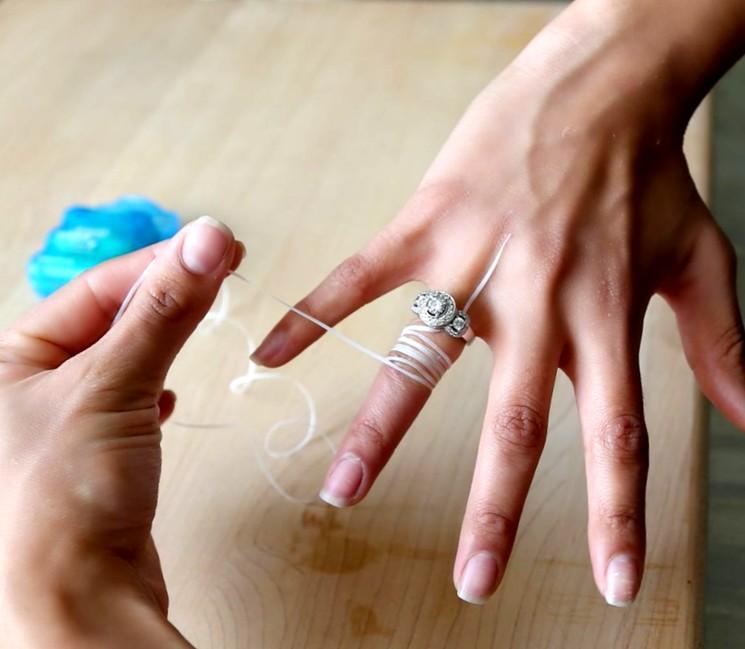 Как снять кольцо с отекшего пальца при помощи нитки?