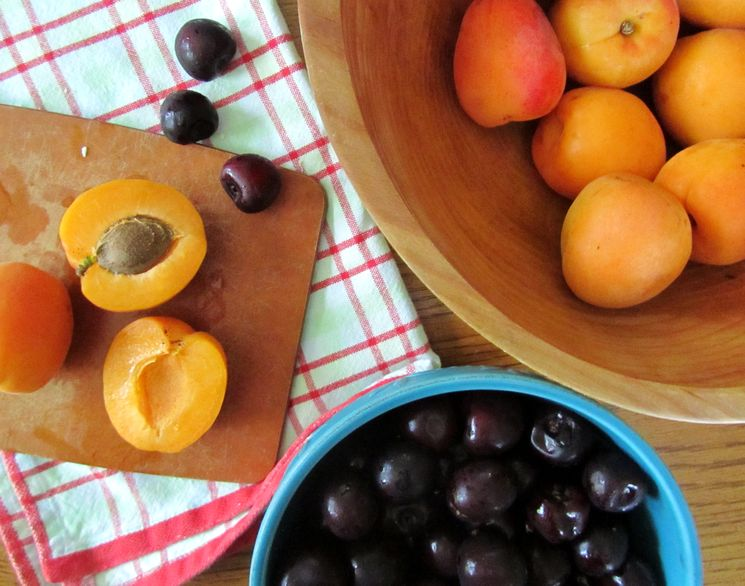 Компот из абрикосов и вишни