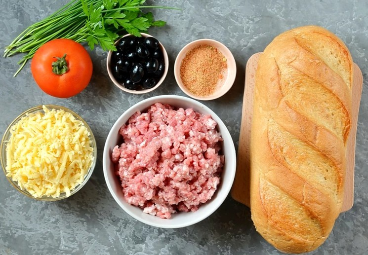 Ингредиенты для приготовления мясного пирога с фаршем в батоне