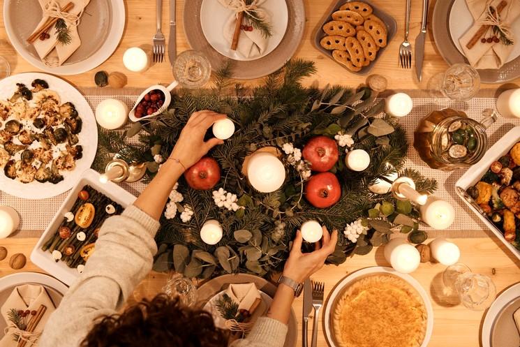 Новогоднее украшении дома и стола