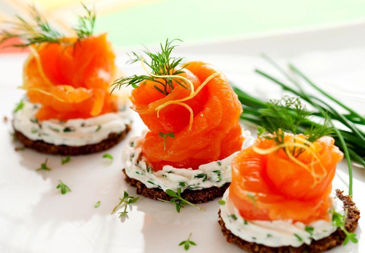 Новогодняя закуска с копченым лососем
