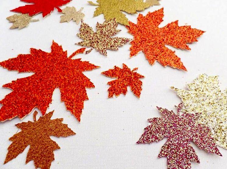 Осенние листья из блестящей бумаги в детский сад