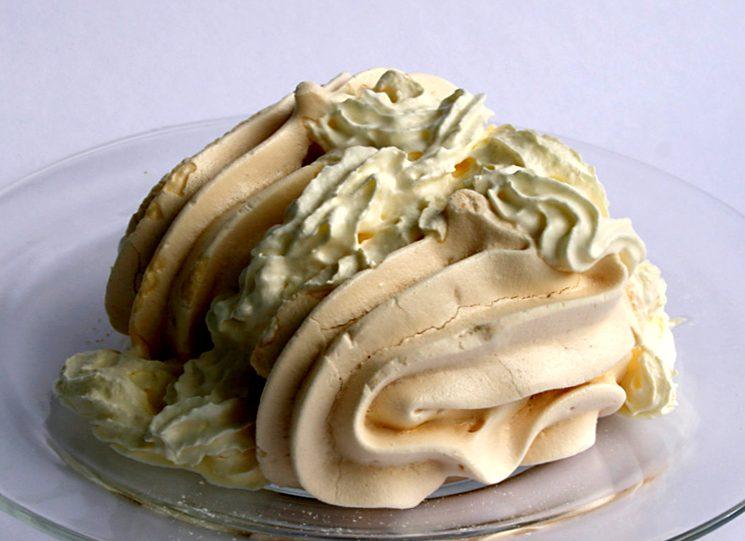 Пирожное безе со взбитыми сливками
