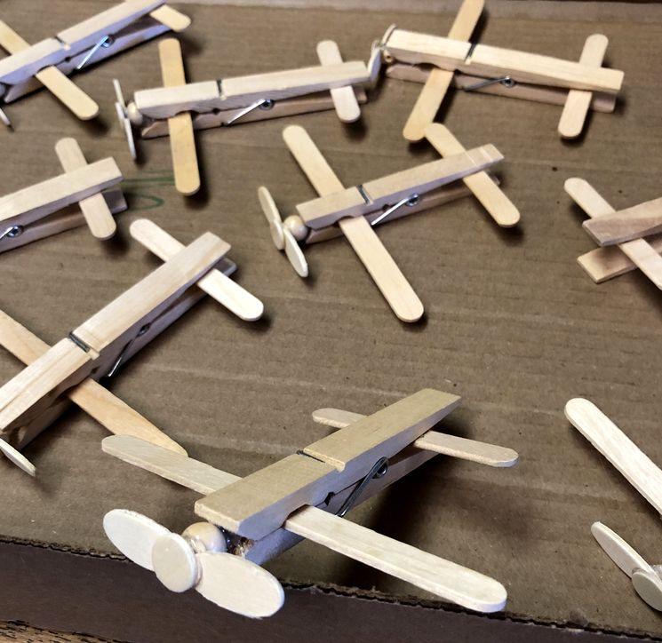 Самолетик из прищепок - детское творчество