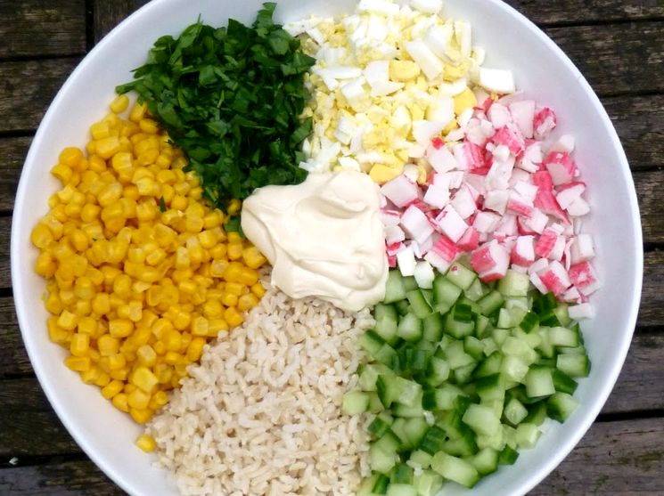 Простой рецепт салата с крабовыми палочками