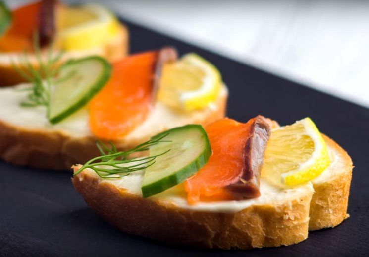 Приготовление бутербродов с красной рыбой
