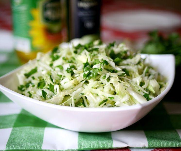 Вкусный и очень простой салат из молодой капусты