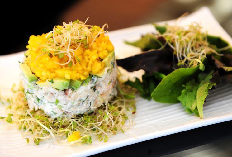 Экзотический крабовый салат с манго