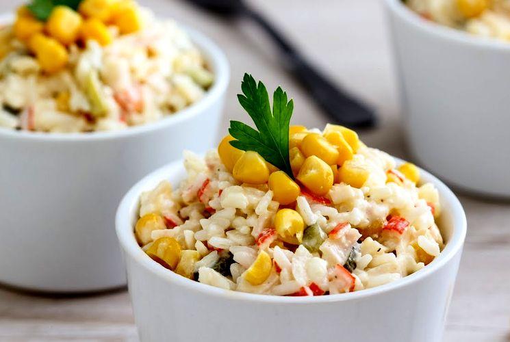 Семейный рецепт салата с крабовыми палочками и рисом