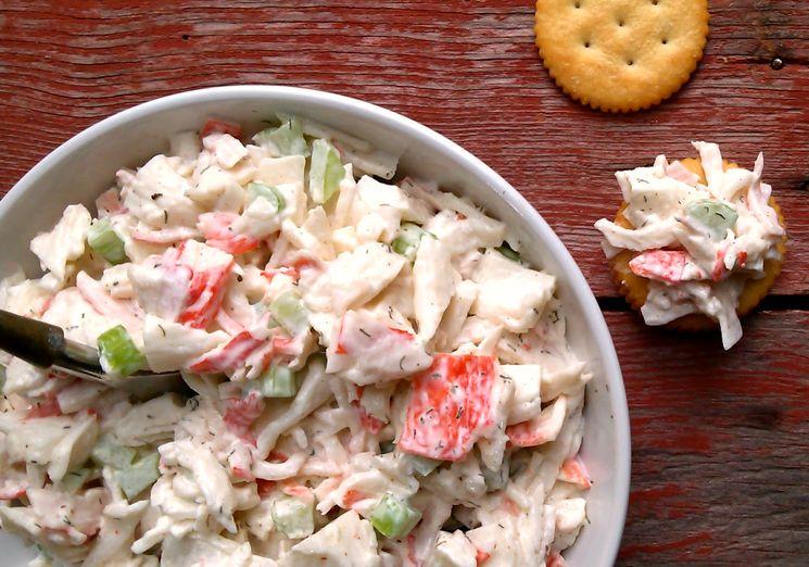 Сырный рецепт салата с крабовыми палочками и огурцом
