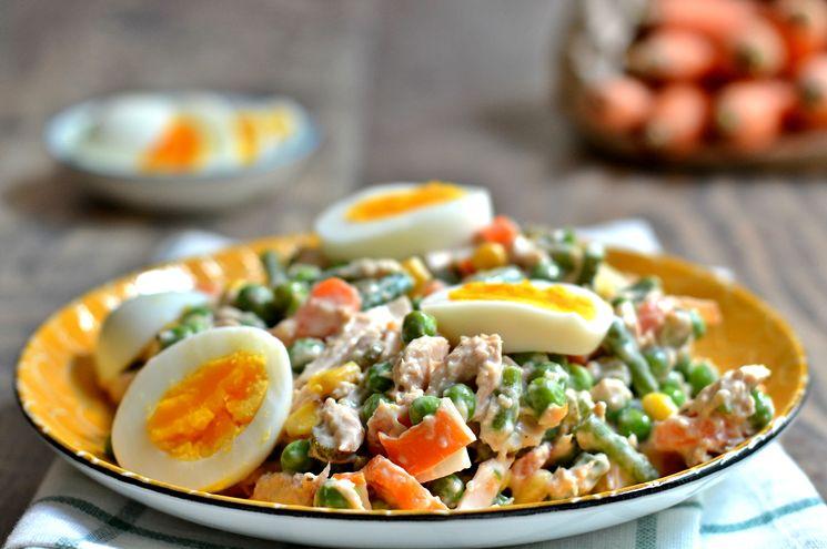 Сытный рецепт салата с крабовыми палочками, огурцом и яйцами
