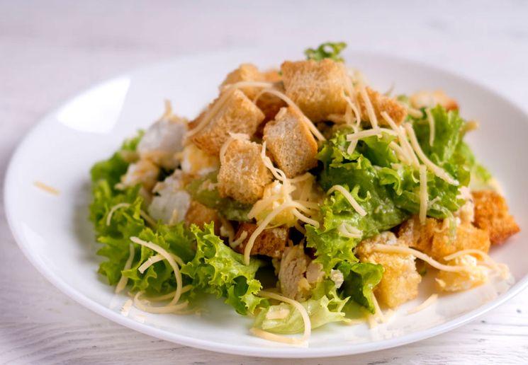 Рецепт салата с курятиной и сухариками