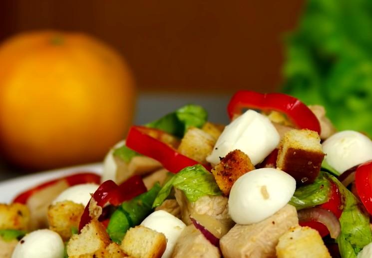 Простой салат с курятиной - Новогоднее оформление салата