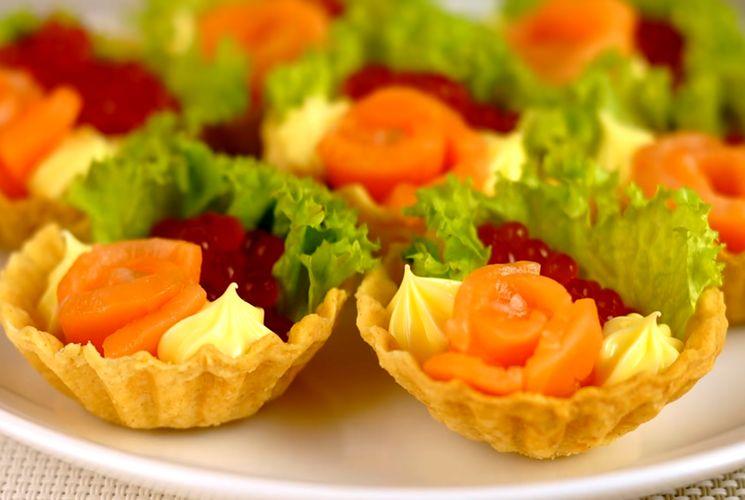 Праздничный рецепт тарталеток с красной рыбой и икрой