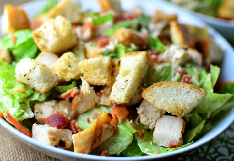 Готовим вкусный салат с сухариками и куриным филе