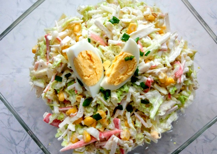 рецепт витаминного салата из свежей капусты с крабовыми палочками
