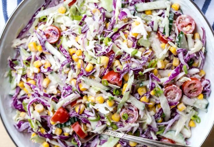 Рецепт салата из свежей капусты с яйцами и кукурузой