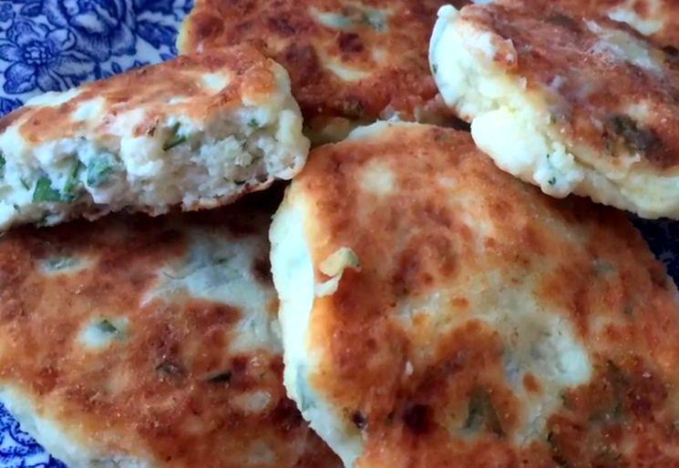 Соленые сырники с луком и зеленью