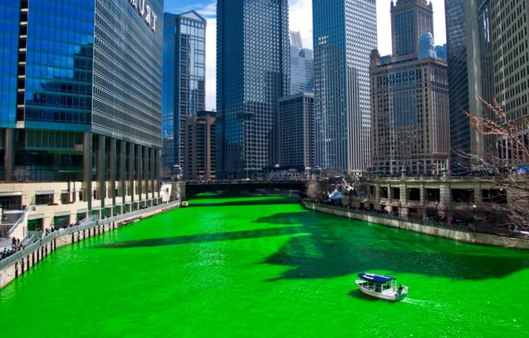 Зелёная река в Чикаго на День святого Патрика