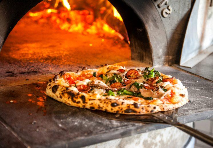 Выпечка классической пиццы в печи